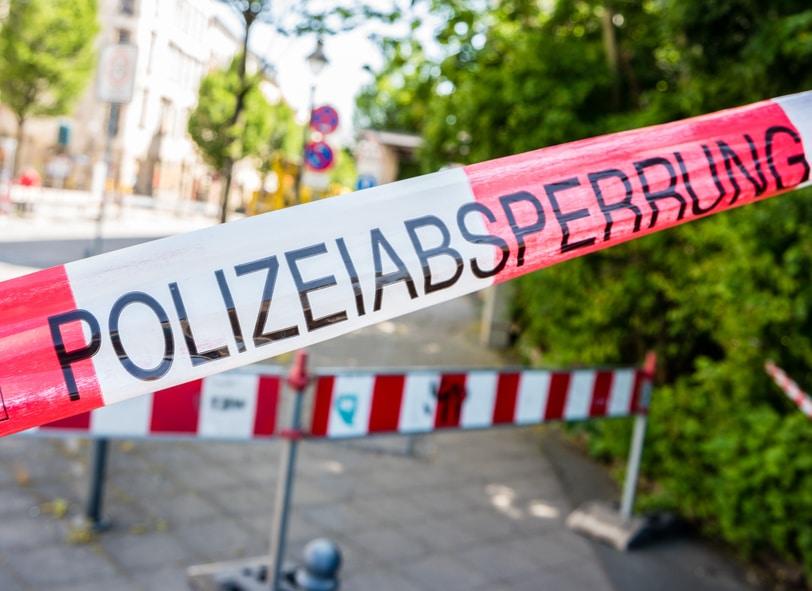 Polizei-Absperrband quer über die Straße