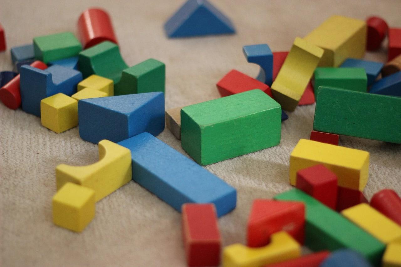 Bausteine liegen durcheinander auf dem Fußboden