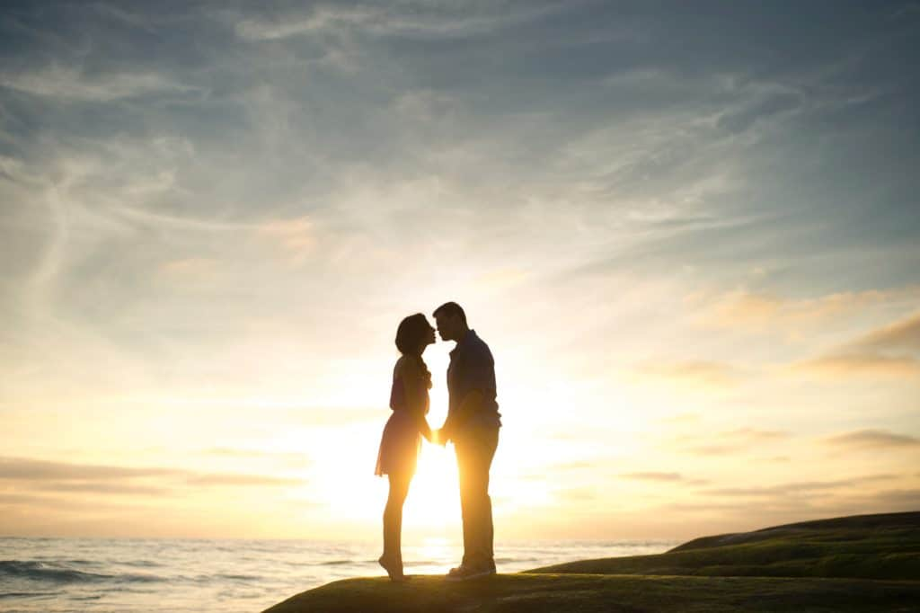 Verliebtes Paar im Sonnenuntergang
