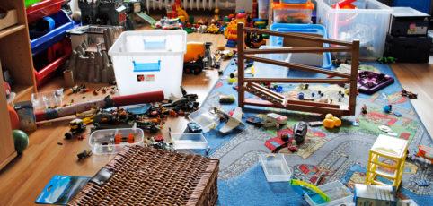 unaufgeräumtes, unordentliches Kinderzimmer