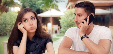junger Mann beim Date am telefonieren