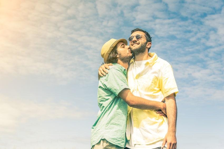 schwules Paar umarmt und küsst sich