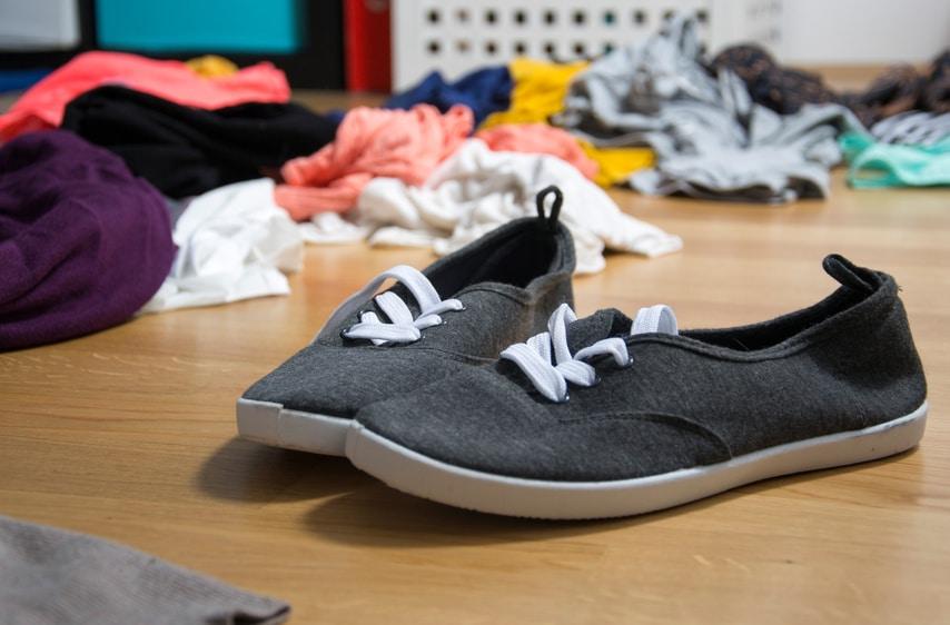 Chaos im Jugendzimmer, überall Klamotten am Boden und Schuhe