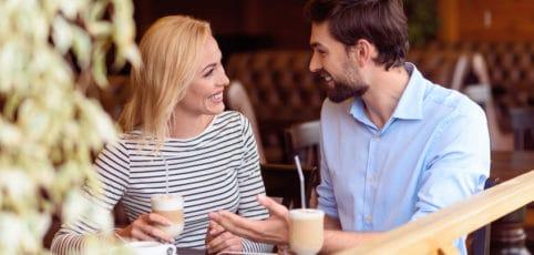 junges Paar sitzt im Kaffee und unterhält sich