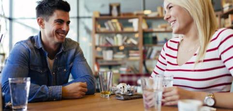 junges Paar sitzt im Café und unterhält sich