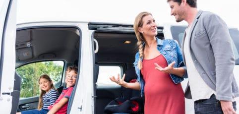 junges Paar beim kauf eines Familienautos