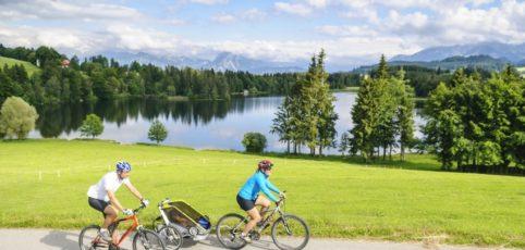 Familie im Allgäu mit dem Fahrrad unterwegs