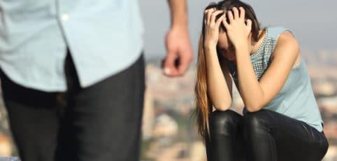 Er macht Schluss und geht, sie sitzt da und rauft sich verzweifelt die Haare