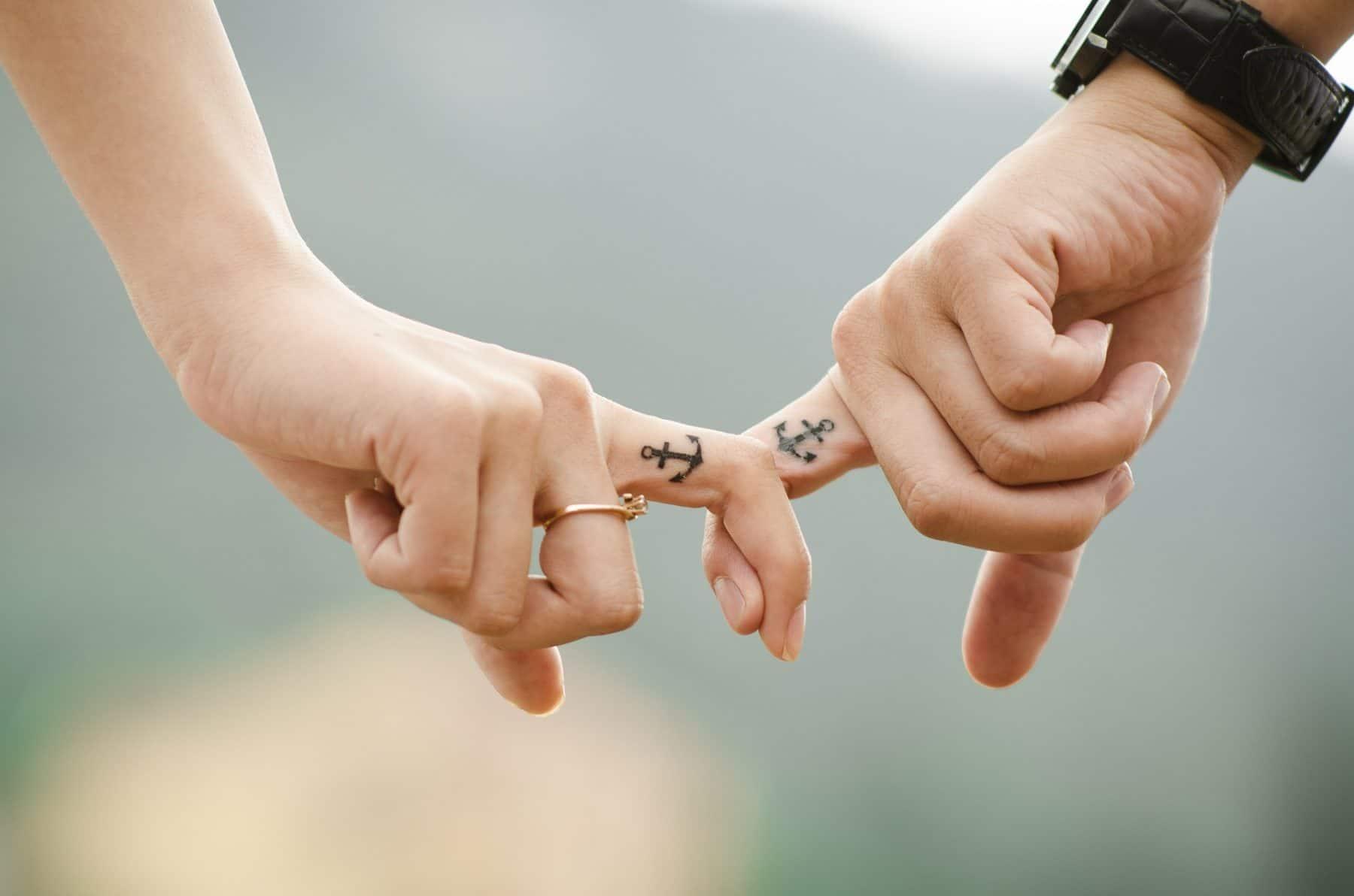 Zwei Hände eines verliebten Paares