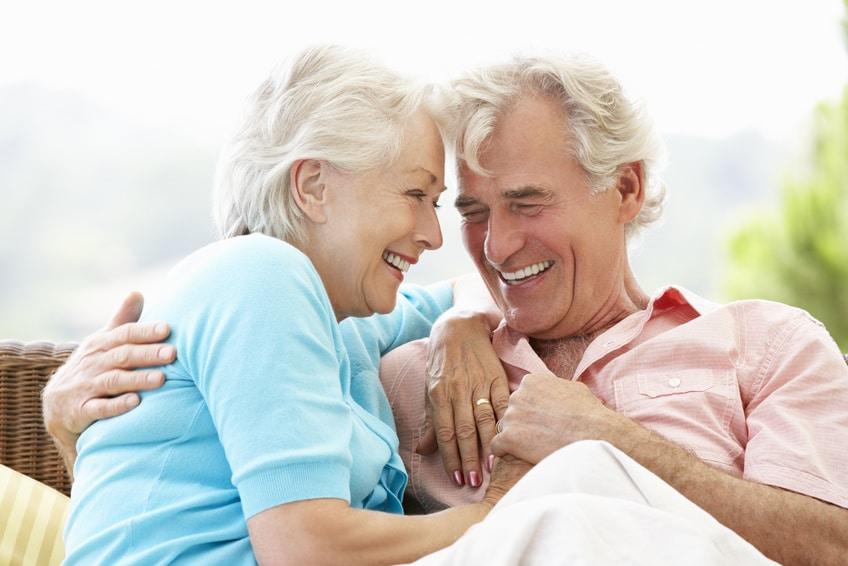 älteres Paar was in liebevoller Umarmung miteinander turtelt