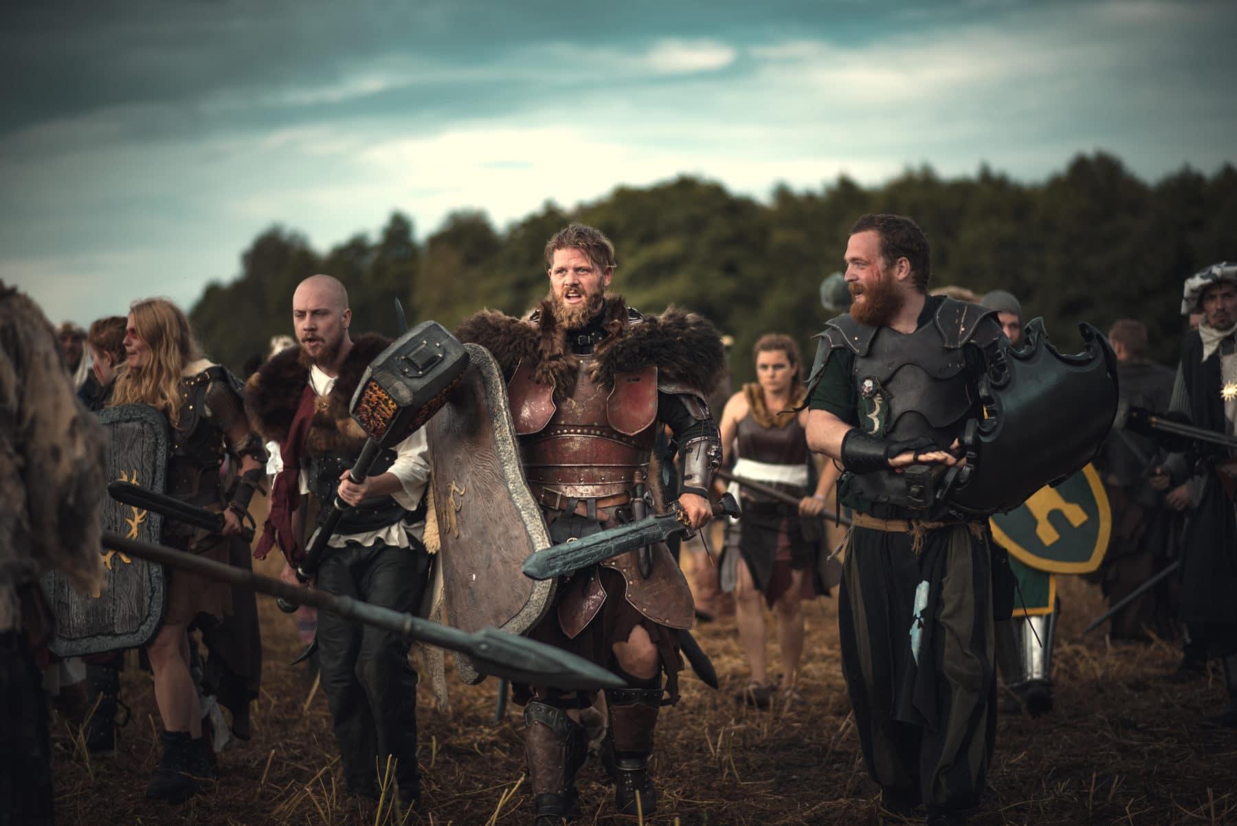 LARP-Gruppe sammelt sich vor der Schlacht