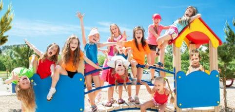spielende und tobende Kinder auf einem Spielburg auf dem Spielplatz
