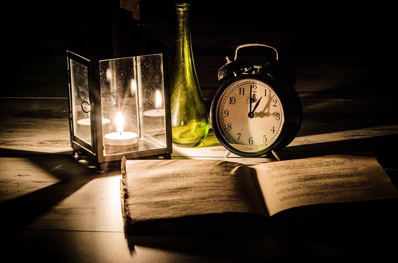 Buch mit Uhr
