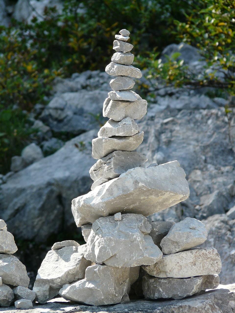 Gestapelte Steine auf Berg.