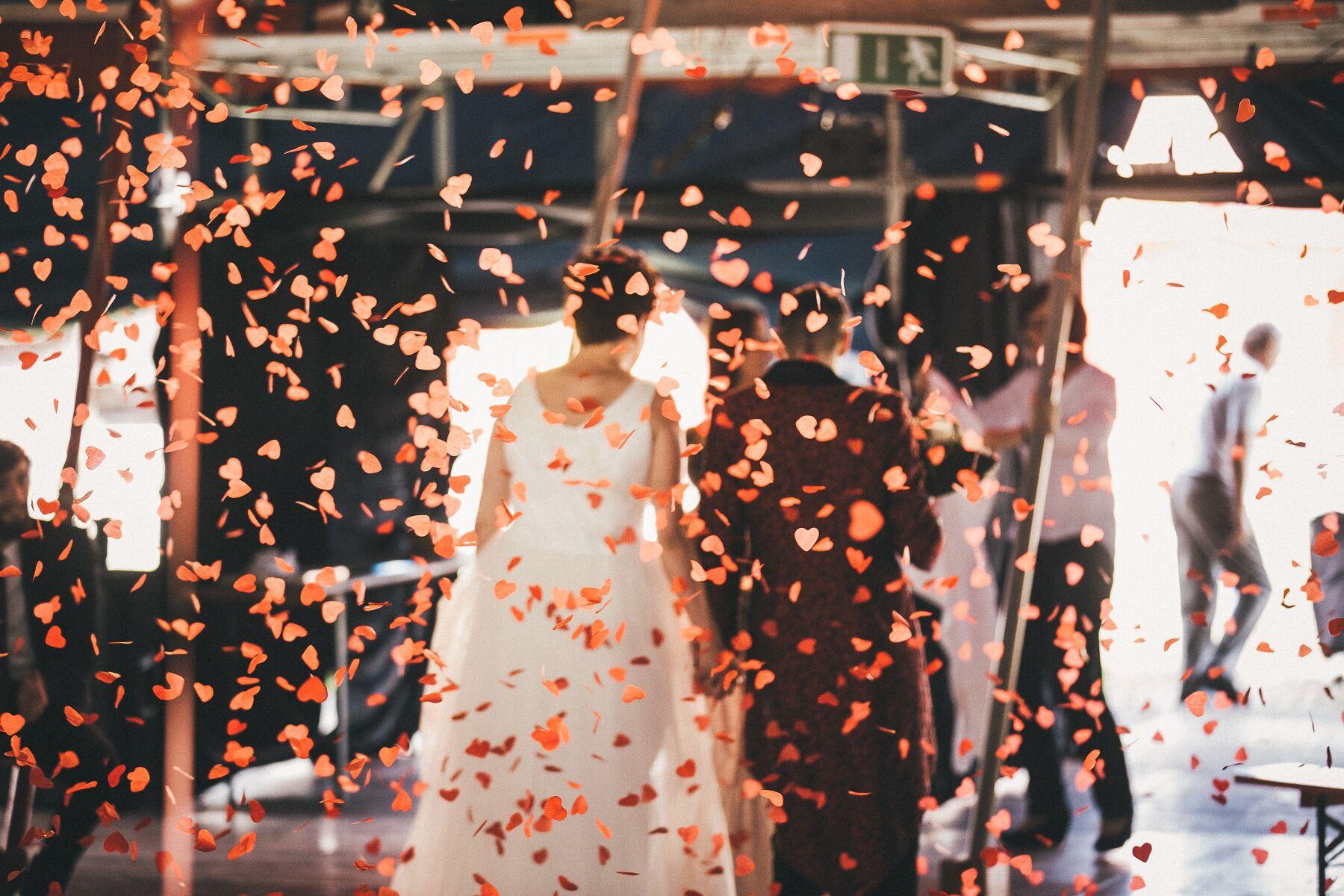 Hochzeitspaar unter einem Dach aus Rosenblättern