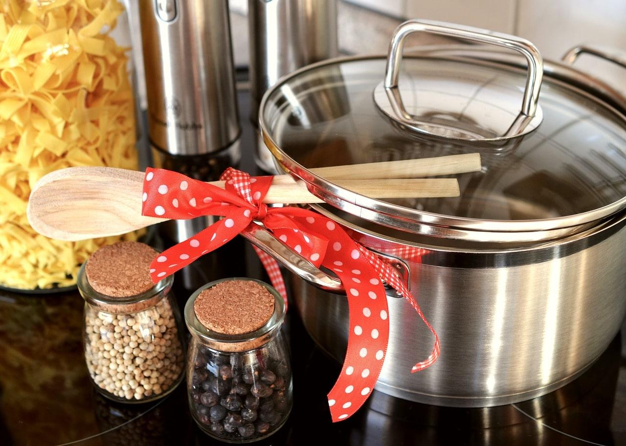 Kochtöpfe mit Schleife