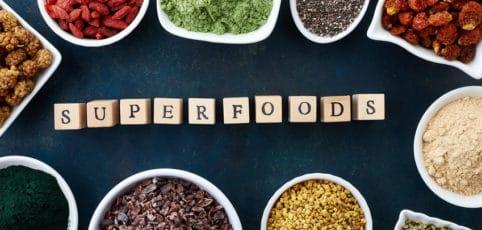 Superfoods im Kreis angeordnet mit dem Schriftzug Superfoods in der Mitte