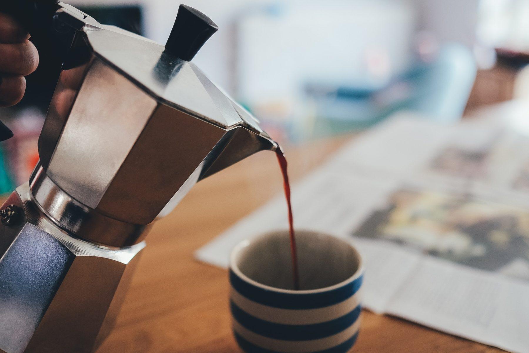 Espresso wird eingeschenkt