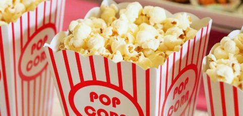Tüten mit Popkorn für einen Filmabend