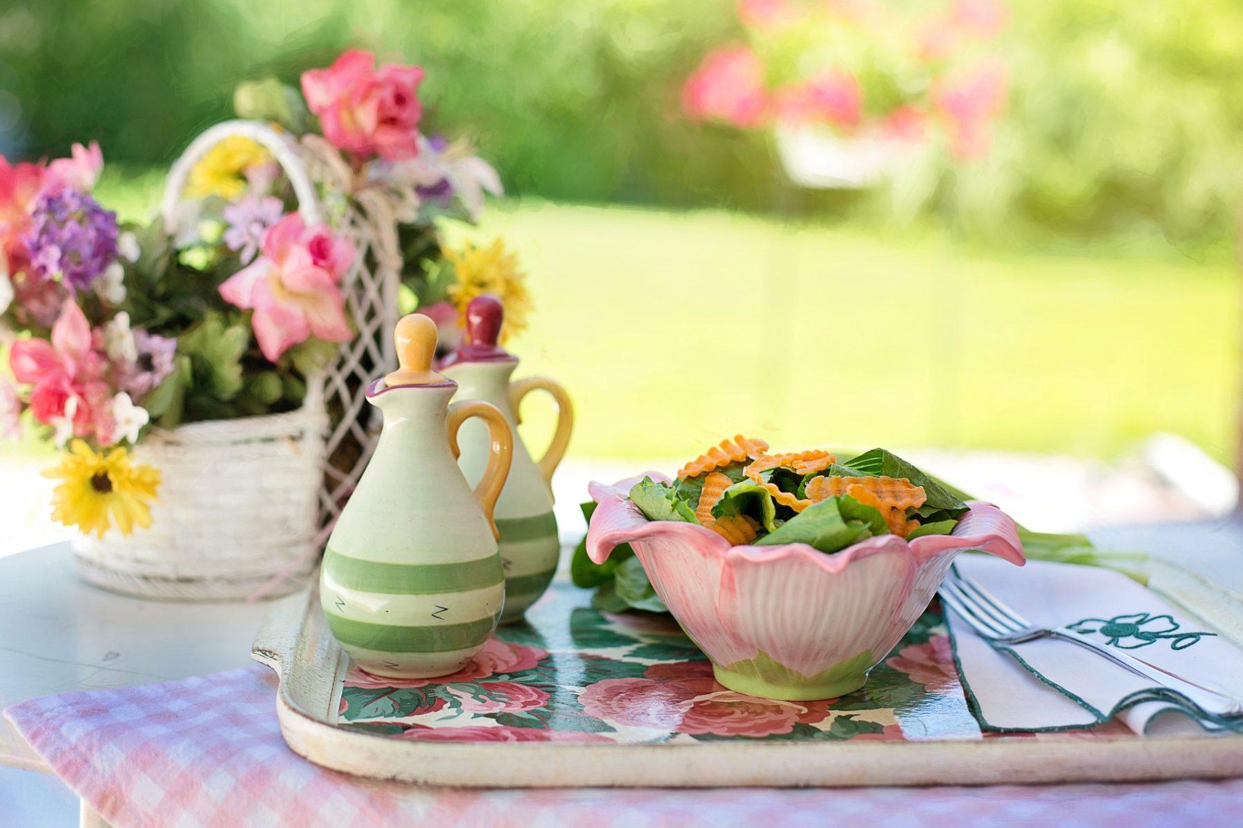 Salat mit Essig- und Ölflasche
