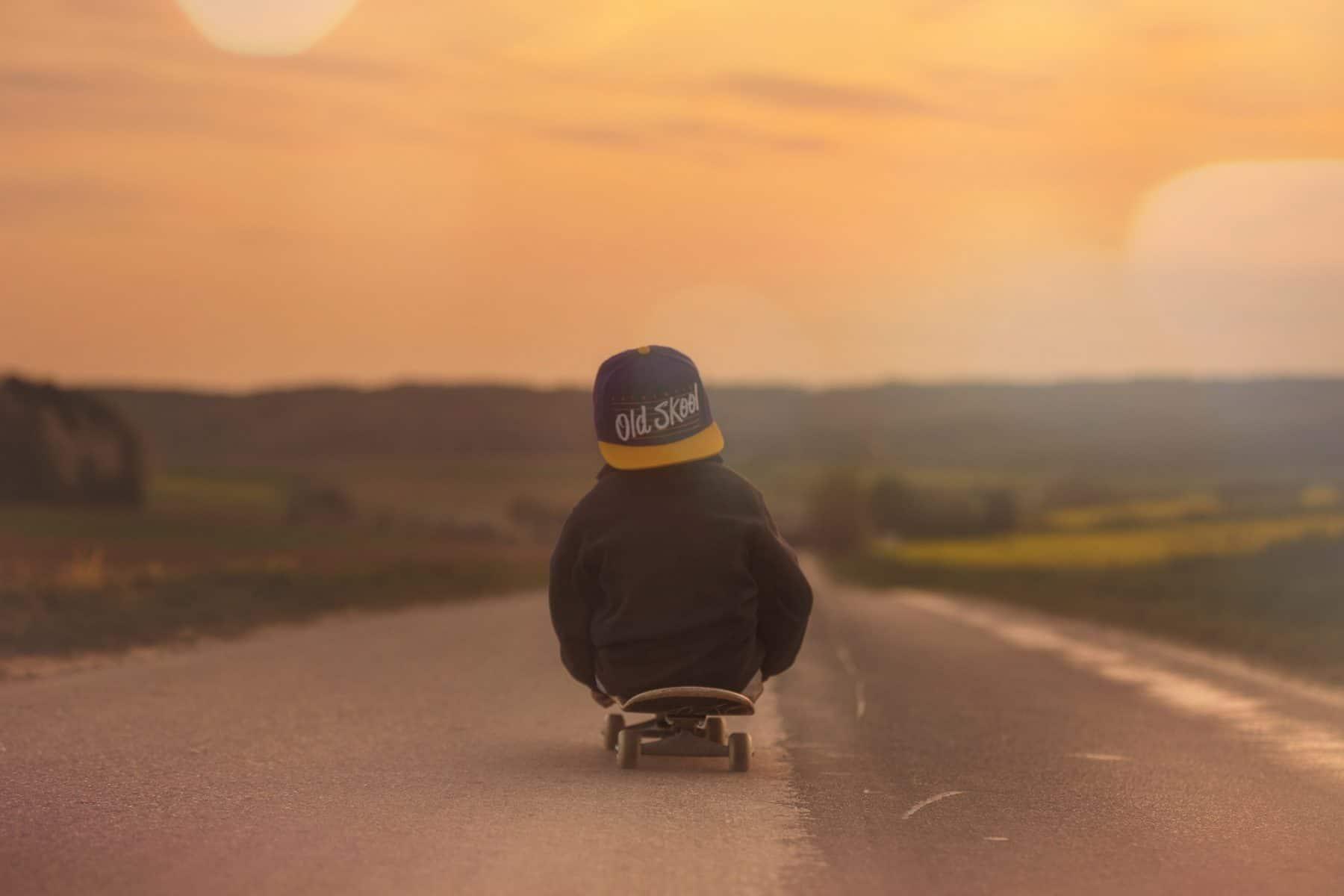 Kind auf einem Skateboard.