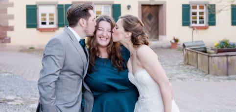 Paar küsst freie Hochzeitsrednerin