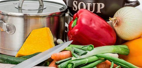 Gesundes Gemüse zum kochen auf einem Tisch mit Küchenmesser