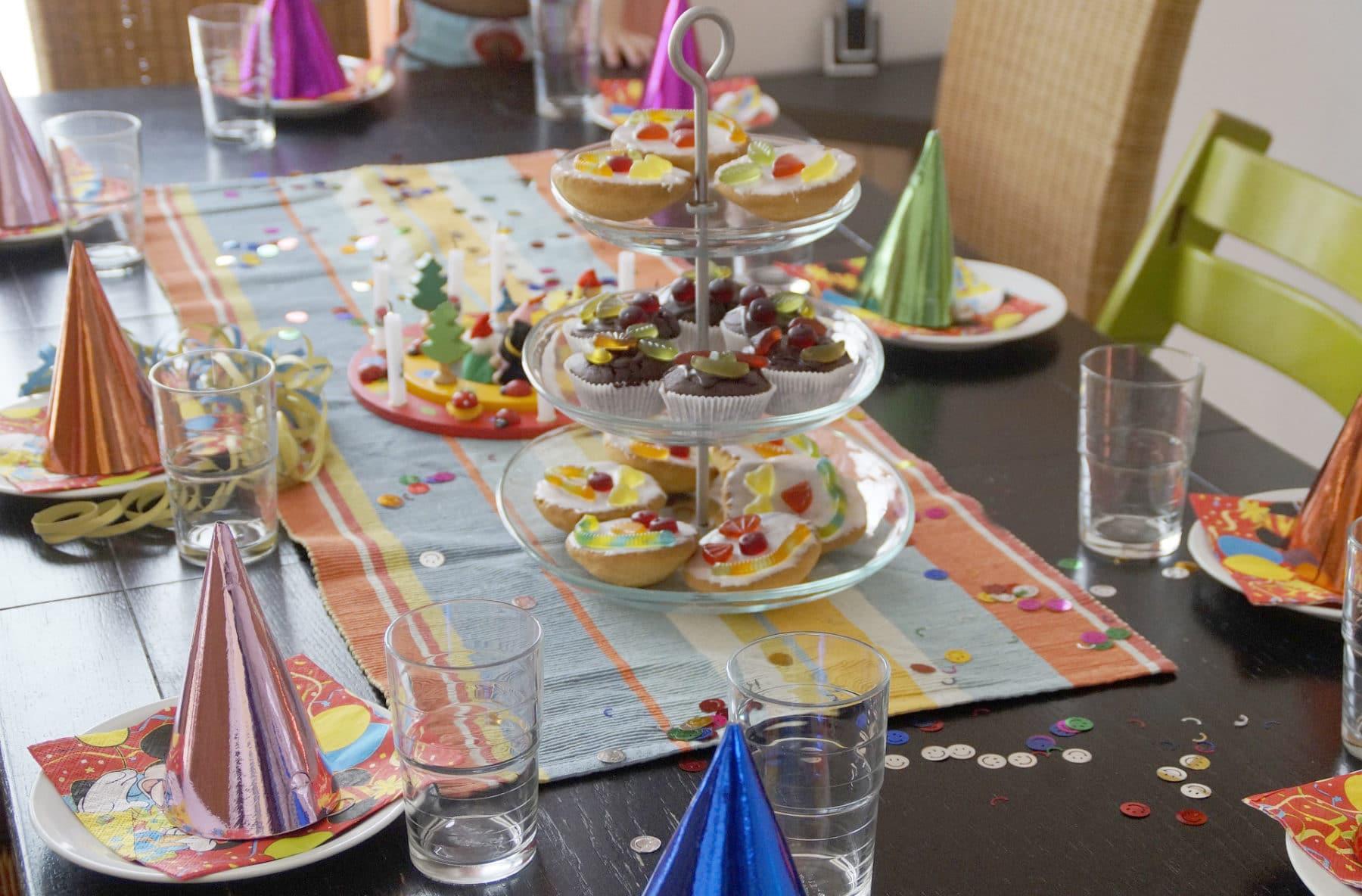 Beeindruckend Fingerfood Kindergeburtstag Dekoration Von Bunt Gedeckter Tisch Für