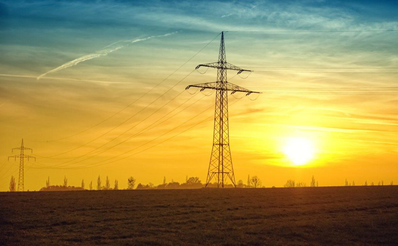 Strommasten in der Abenddämmerung