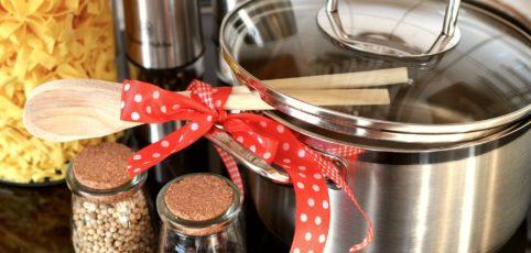 Kochtopf und Kochlöffel sowie Utensilien zum kochen