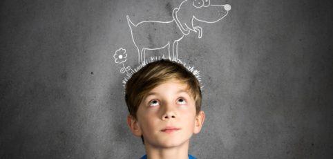 Junge träumt von einem Hund