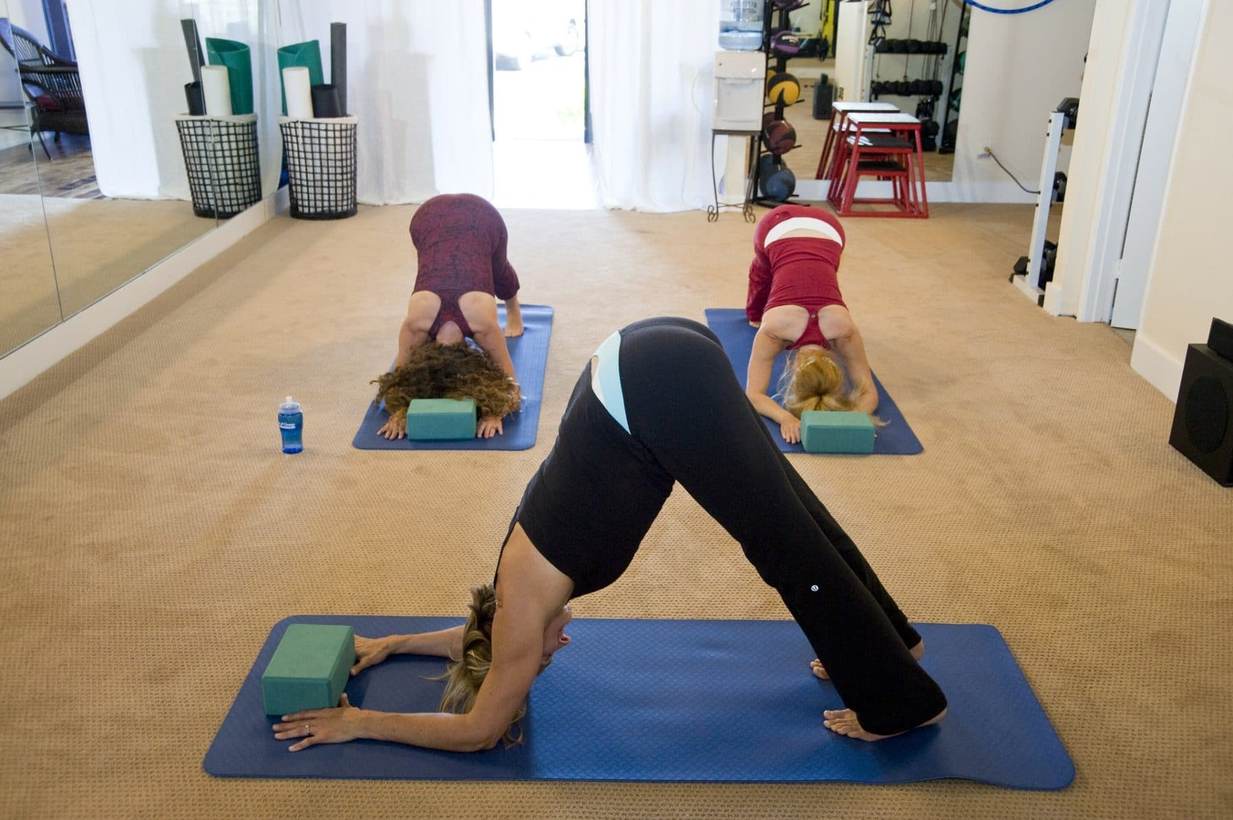 Drei Frauen beim Yoga im Studio