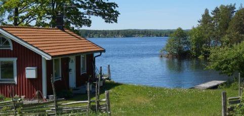 Kleines Haus im Schweden-Stil am See
