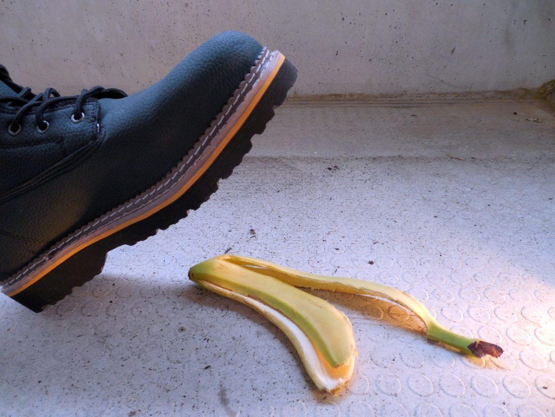 jemand ist grade dabei auf eine Bananenschale zu treten mit dem Schuh