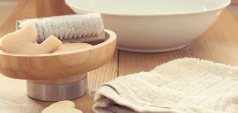 Schale, Bürste und Seife auf einem Badetisch