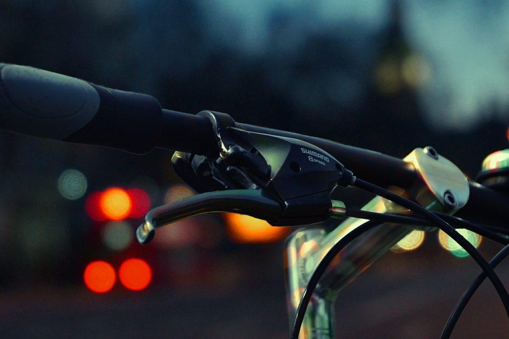 Fahrradlenker auf dunkler Straße