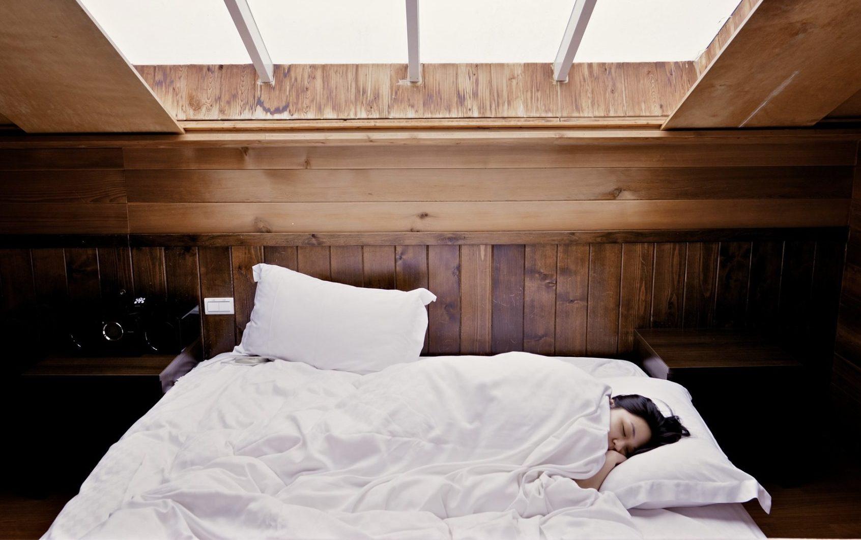 warum auf der linken seite schlafen besser ist das musst du wissen. Black Bedroom Furniture Sets. Home Design Ideas