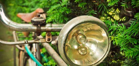 Altes rostiges Fahrrad mit Fahrradlicht