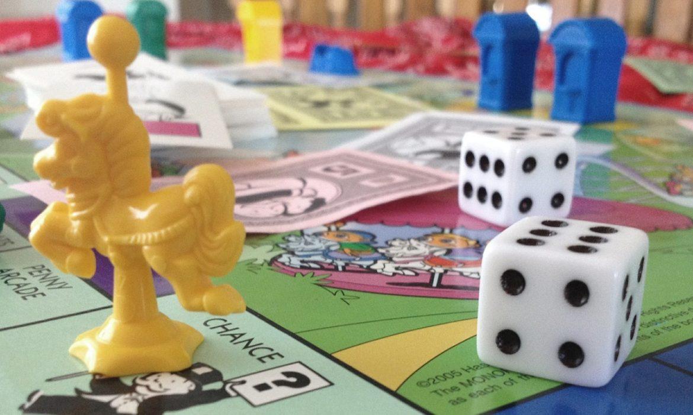 Brettspiel mit bunten Spielfiguren