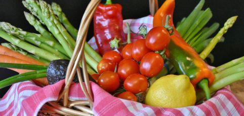 Ein Korb voller buntem Gemüse