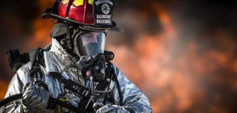 Feuerwehrmann in Aktion beim Einsatz
