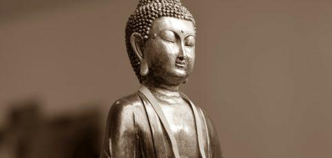 Buddha-Statue mit metallischem Glanz