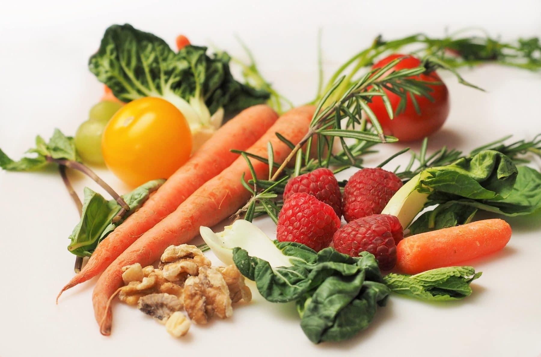 Auswahl frischer Gemüse- und Obstsorten