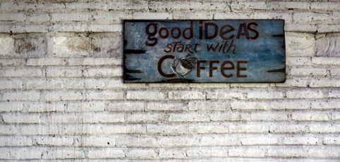 Spruch an einer Wand: Goog Ideas start with coffee