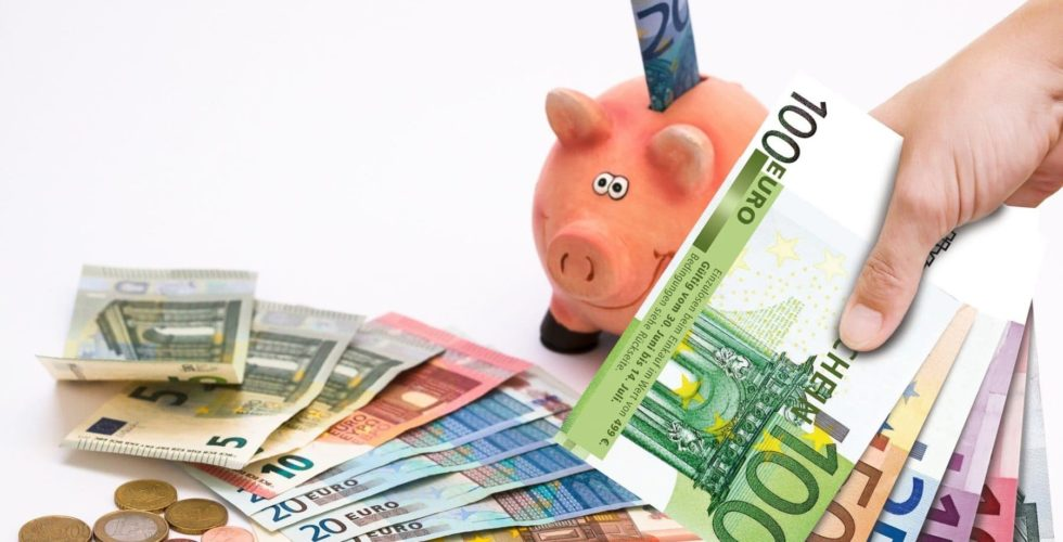 Geldscheine, Münzen und ein Sparschwein
