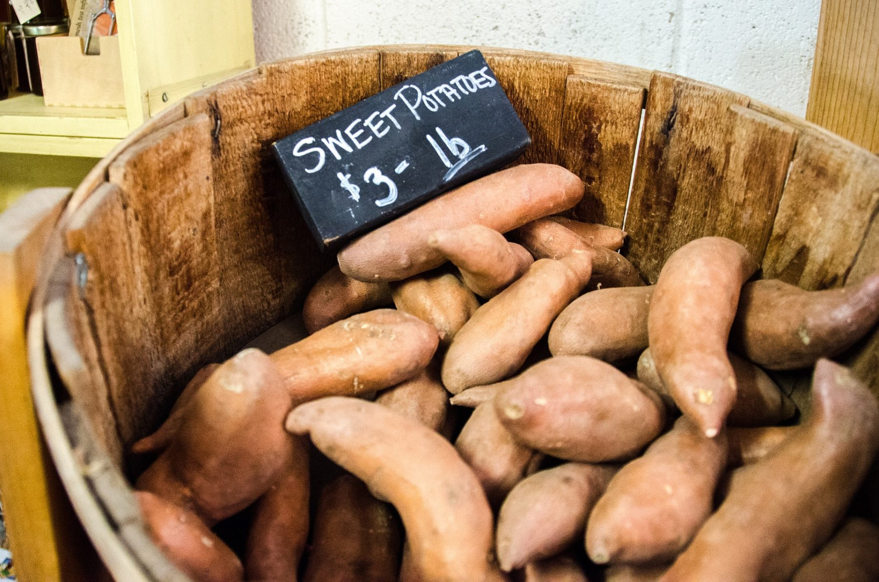Korb mit Süßkartoffeln