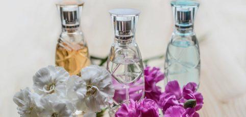 Drei Parfum Flacons nebeneinander mit Blüten dekoriert