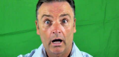 Mann mit überraschtem Gesichtsausdruck