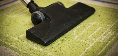 Staubsaugerdüse auf Teppichboden
