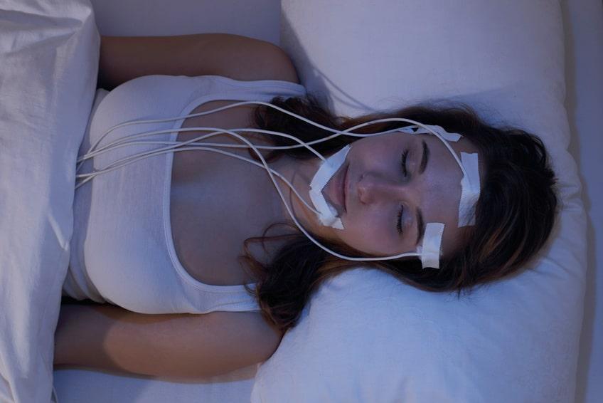 Junge Frau schlafend beim Messen der Gehirnstrme zb im Schlaflabor